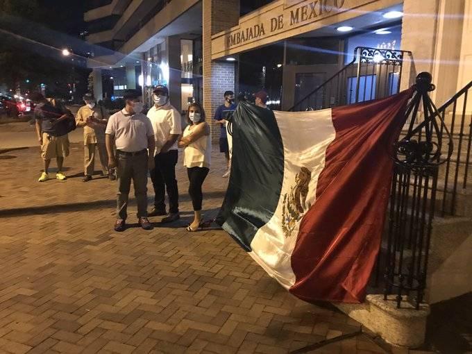 Mexicanos reciben a AMLO en la embajada con cartulinas y gritos de apoyo