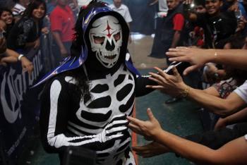 Subastarán máscara y traje de la Parka para recaudar fondos ante Covid-19