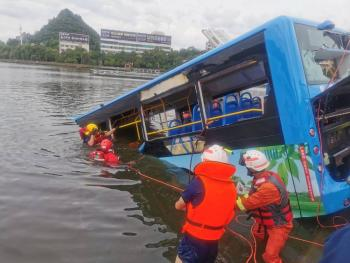Cae autobús de estudiantes en lago en China