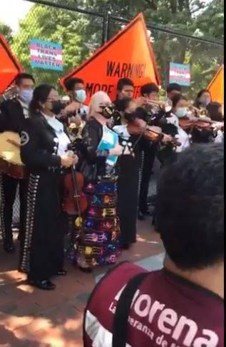 Mexicanos cantan y bailan afuera de la Casa Blanca por visita de AMLO