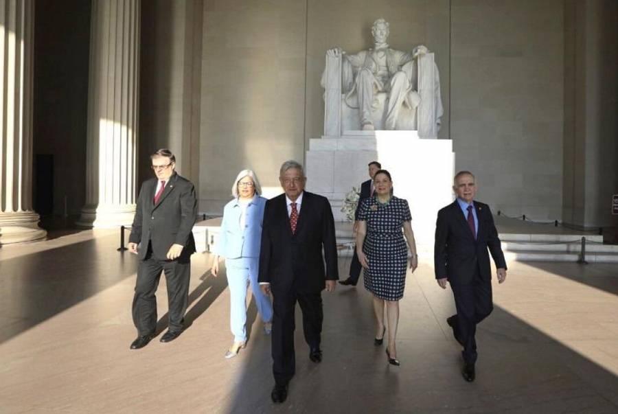 AMLO visita estatuas de Abraham Lincoln y Benito Juárez