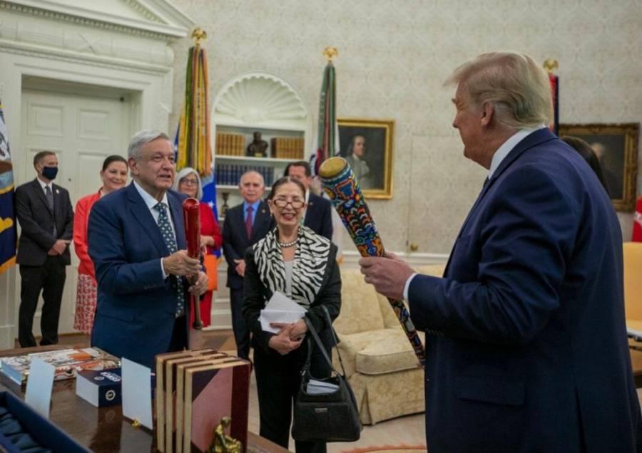 AMLO intercambia bate de béisbol con Trump; le regala uno con arte huichol