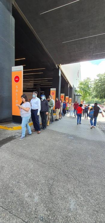 Con largas filas reabren los centros comerciales
