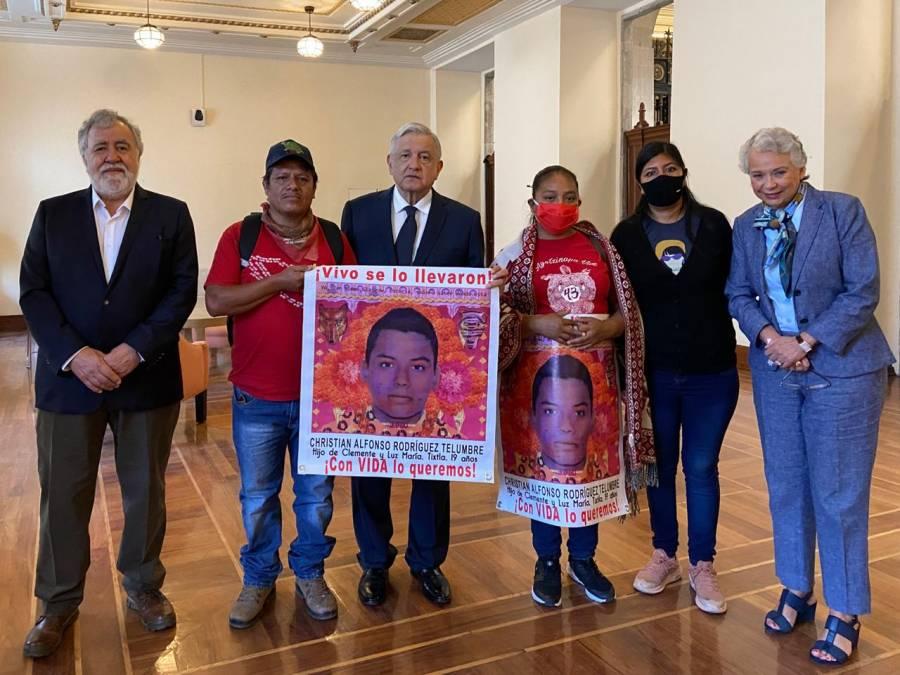 AMLO se compromete con padres de los 43 normalistas para hacerles justicia