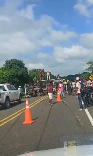Captan llorando a conductor de camión volcado que intentó detener a saqueadores