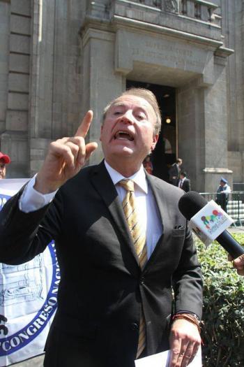"""Gilberto Lozano, líder del Frente Anti AMLO, amenaza a reportero de las """"mañaneras"""""""