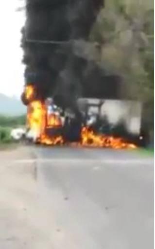 Realizan bloqueos y queman vehículos en Michoacán