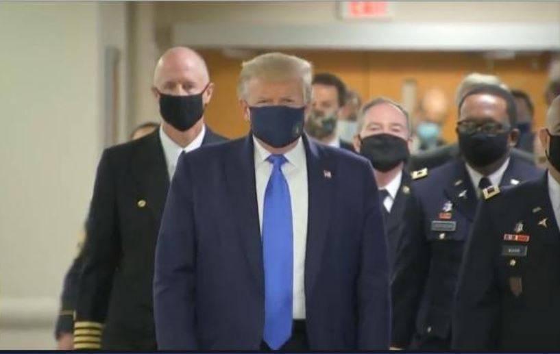 Captan por primera vez a Donald Trump con cubrebocas