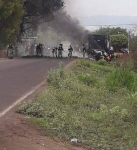 En Aguililla, Michoacán, reportaron bloqueos y la quema de un tráiler
