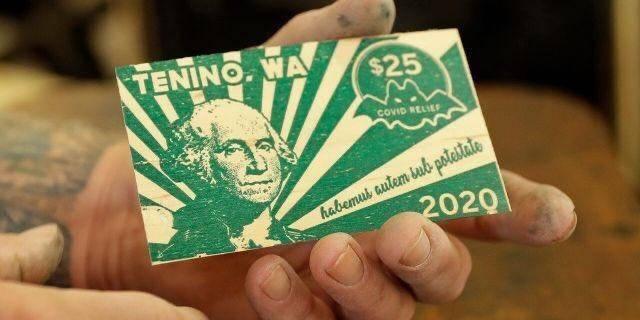 Por Covid-19 billetes de madera sustituyen Dólares en Tenino, Estados Unidos