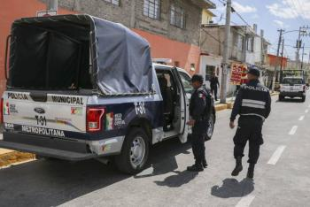 Empujaba su auto robado y descompuesto en Nezahualcóyotl, policías lo detienen