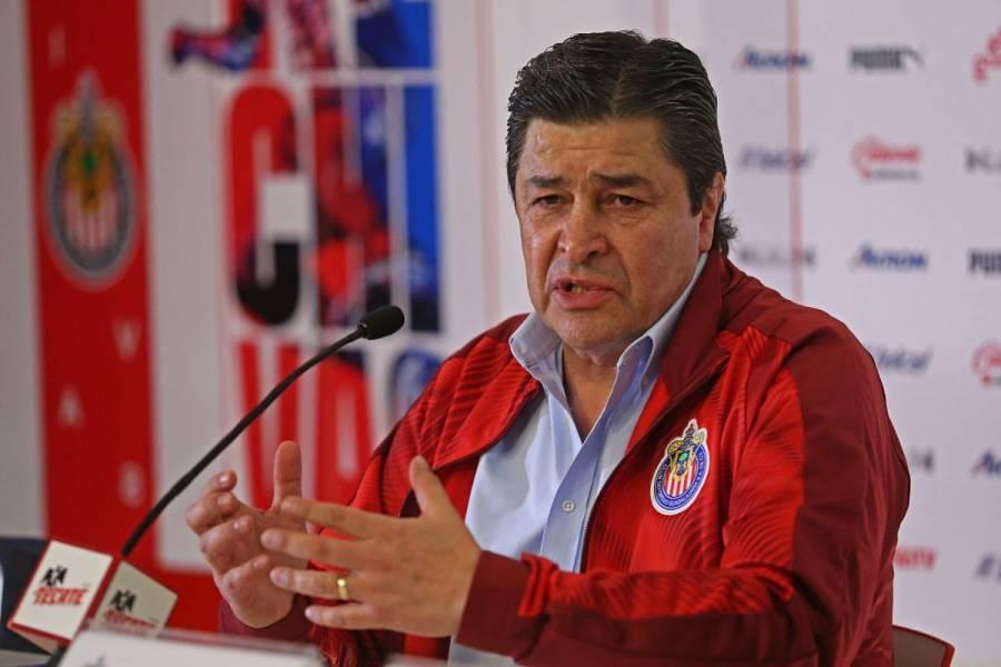 Luis Fernando Tena, DT de Chivas, da positivo a coronavirus
