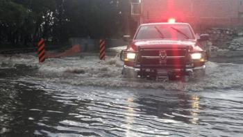 Lluvia afecta vialidades en Guadalajara se ven vehículos flotando