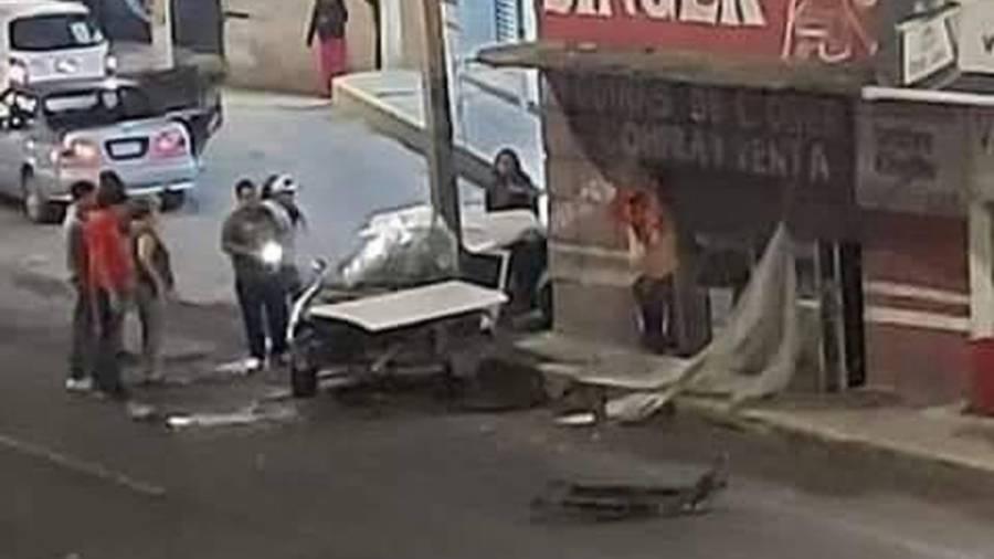 Video: Choca taxista contra poste en Tecámac; fallecen cuatro personas
