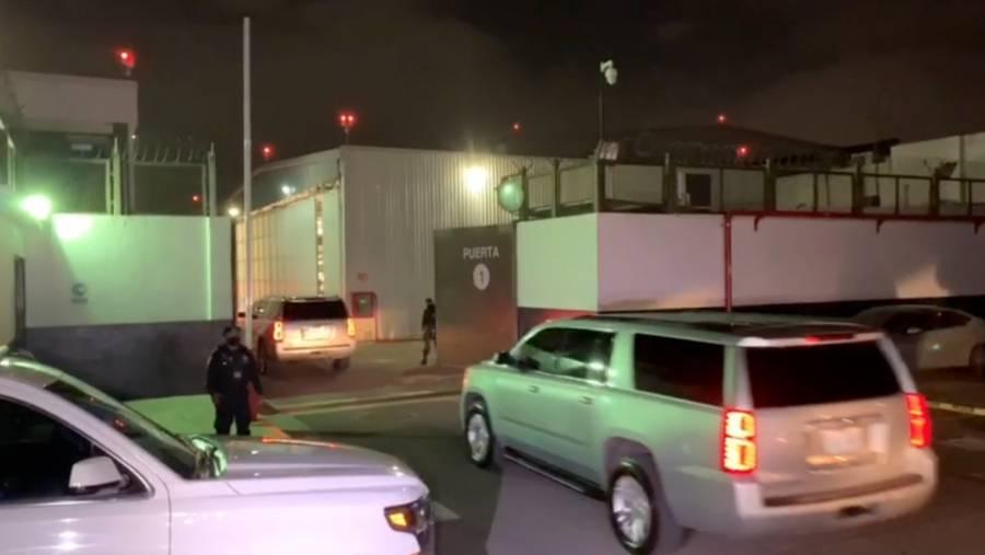 Llegan camionetas de FGR a hangar para el traslado de Lozoya