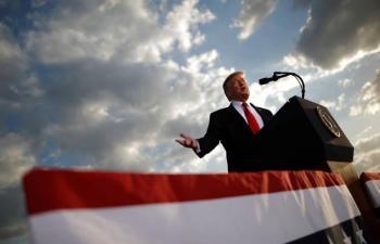 Por malas perspectivas electorales, cambia Trump a su jefe de campaña