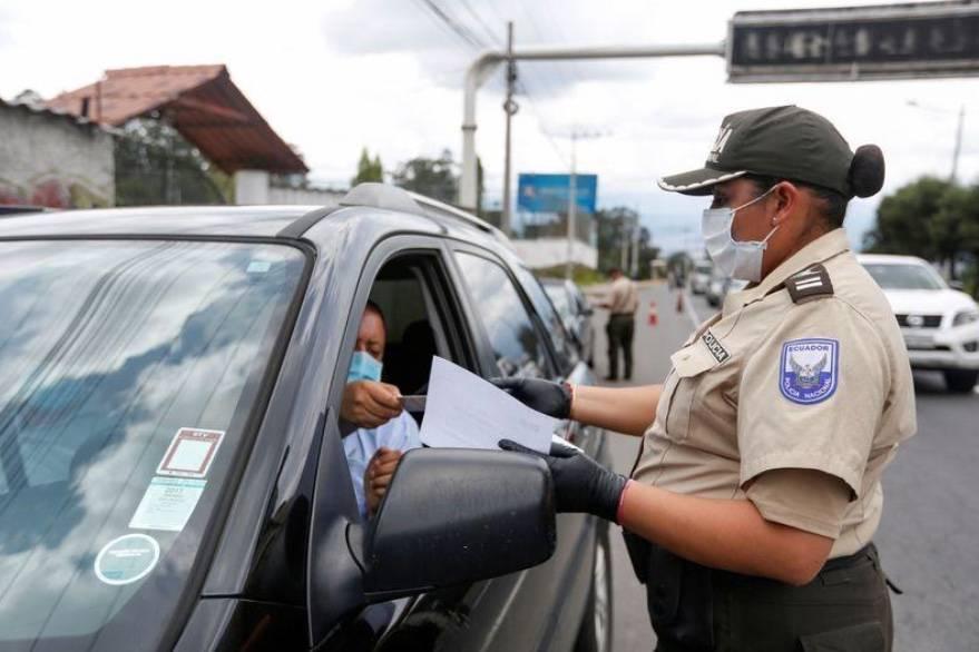Militares salen a las calles de Quito para contener la propagación del Covid-19