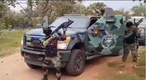 Integrantes del CJNG muestran su armamento en un video