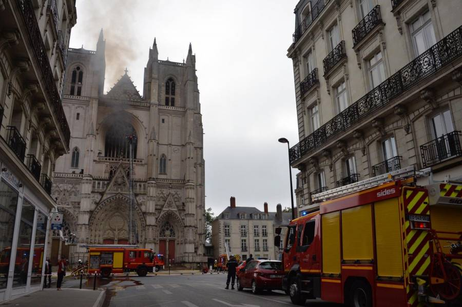 Video: Se registra incendio en la catedral de Nantes