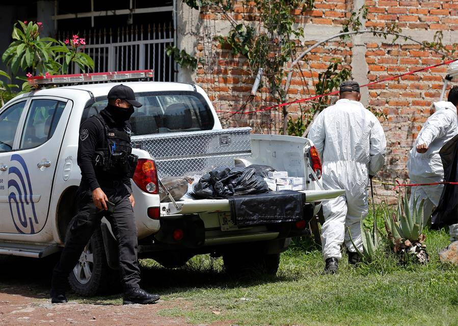 Localizan 23 cuerpos en fosa clandestina a metros de dependencia policiaca