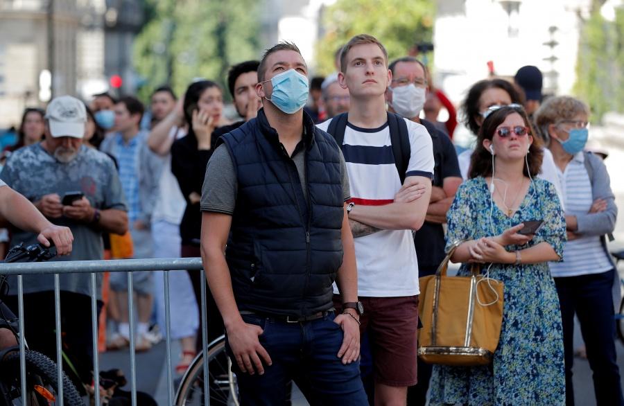 Francia impone uso de mascarillas en bancos, tiendas…