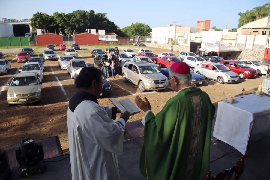 Celebran en Cuernavaca primer misa con feligreses en sus autos