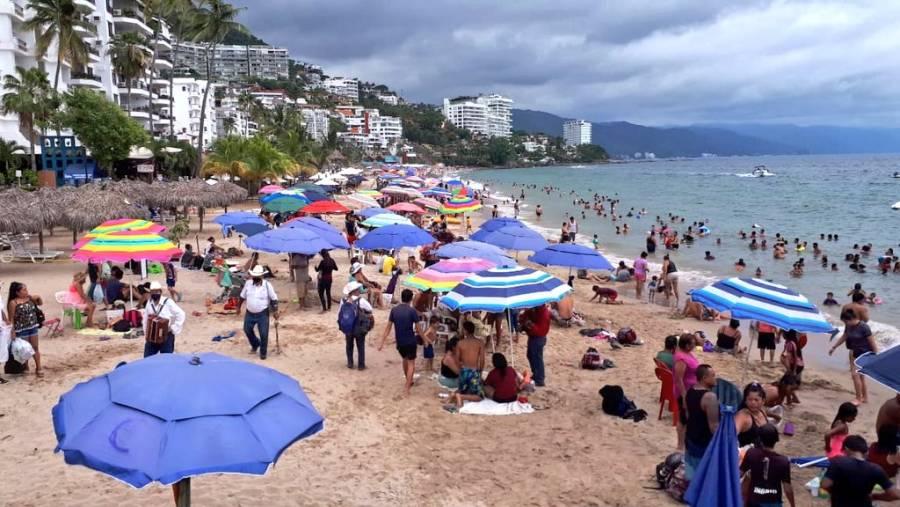 Turistas llenan playas de Puerto Vallarta pese a semáforo rojo