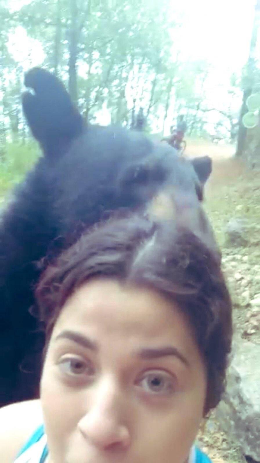 Critican a joven que se tomo una selfie con un oso en Nuevo León