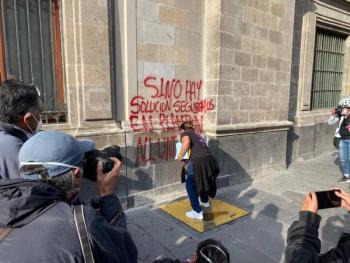 Realizan pintas contra feminicidios en Palacio Nacional