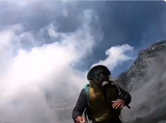 Alpinista sube cráter del volcán Popocatépetl y graba su trayecto