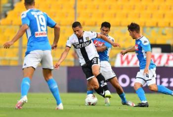 """Napoli y """"Chucky"""" Lozano caen de último minuto ante el Parma"""