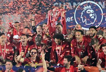 Liverpool golea al Chelsea y alza el título de la Premier League