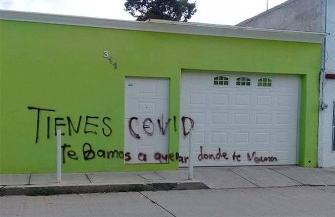 En Durango jóvenes pintan la casa de enfermera amenazada