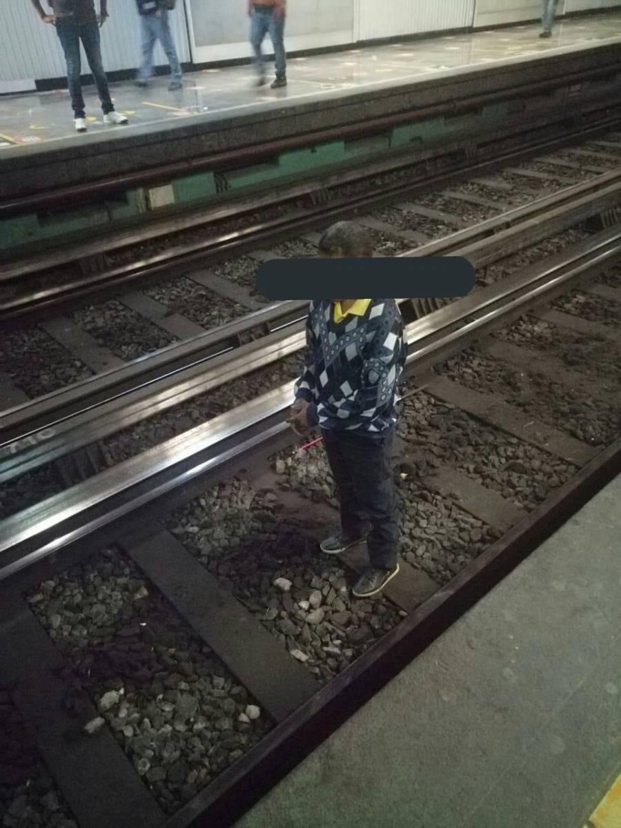 Hombre con debilidad visual cae a vías del Metro Juárez