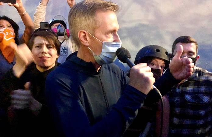 Fuerzas federales lanzan gas lacrimógeno al alcalde de Portland