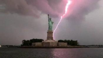Video: Rayo impacta cerca de la Estatua de la Libertad