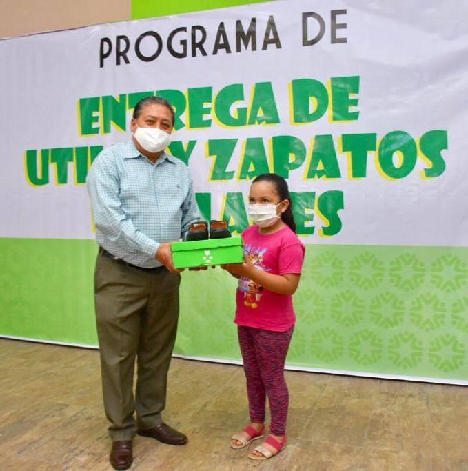 Ayuntamiento de Soledad y Gallardo entregan apoyos de útiles y calzado escolar