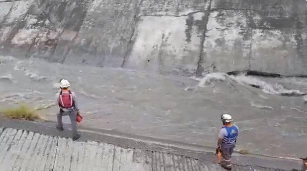 Dos menores de edad son arrastrados por corriente del arroyo Topo Chico