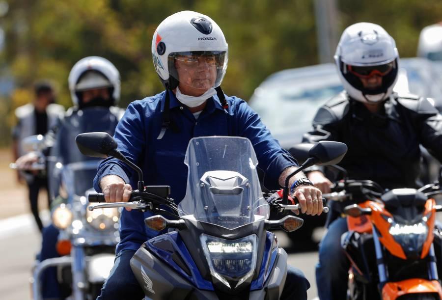 Tras recuperarse de Covid-19, Bolsonaro da paseo en motocicleta