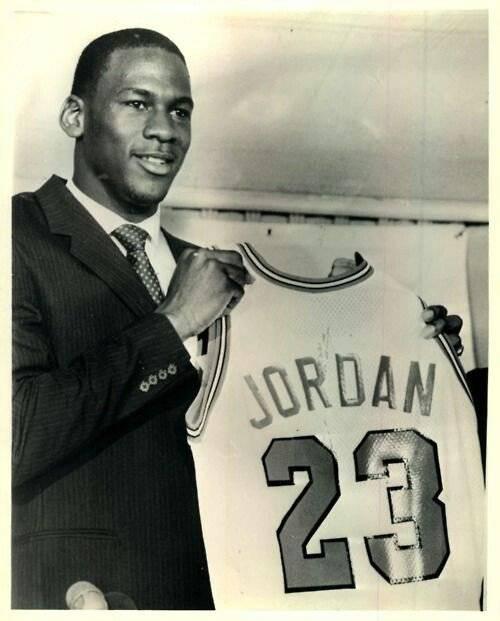 Subastarán jersey de Michael Jordan del día que firmó con los Chicago Bulls
