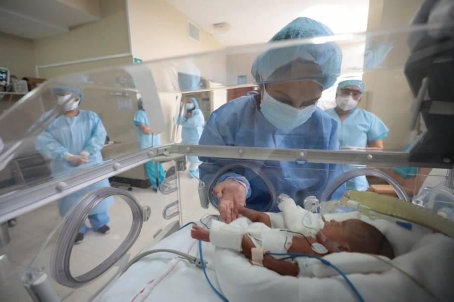 Bebé prematuro que venció el Covid-19 logra reunirse con su mamá