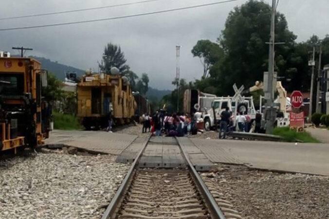 Normalistas de Michoacán bloquean vías del tren en Uruapan