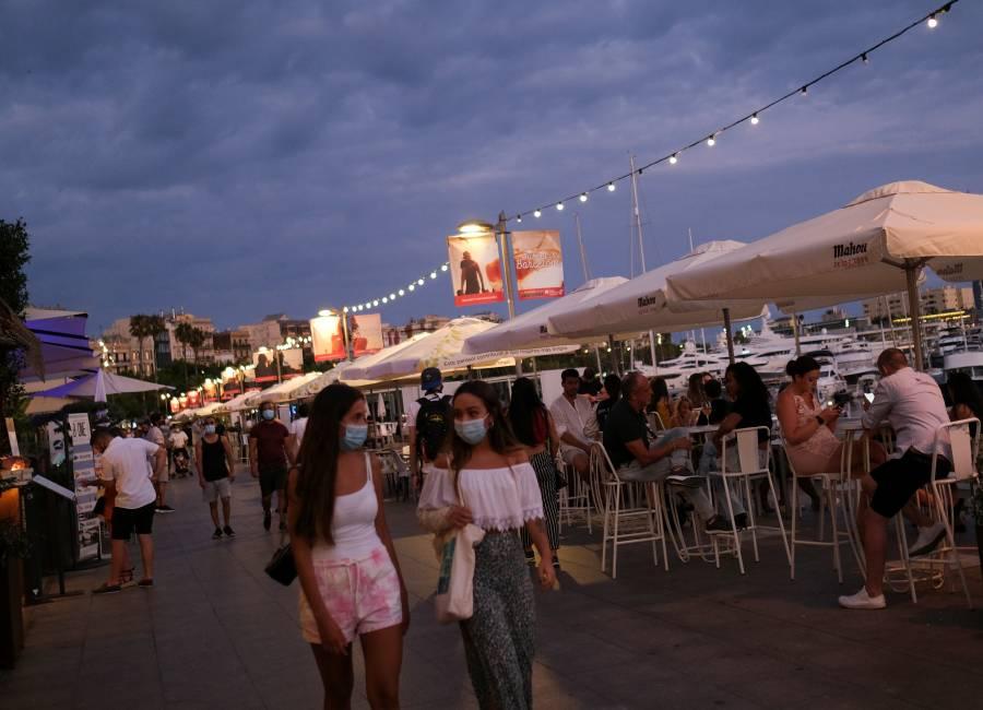 Jóvenes catalanes enfrentan altas multas por realizar fiestas con alcohol al aire libre
