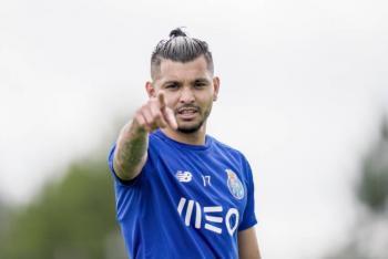"""""""Tecatito"""" Corona, elegido como el Mejor Jugador de la Primeira Liga"""