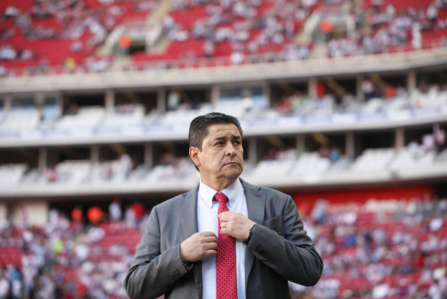 Luis Fernando Tena regresa al trabajo con las Chivas tras vencer al Covid-19