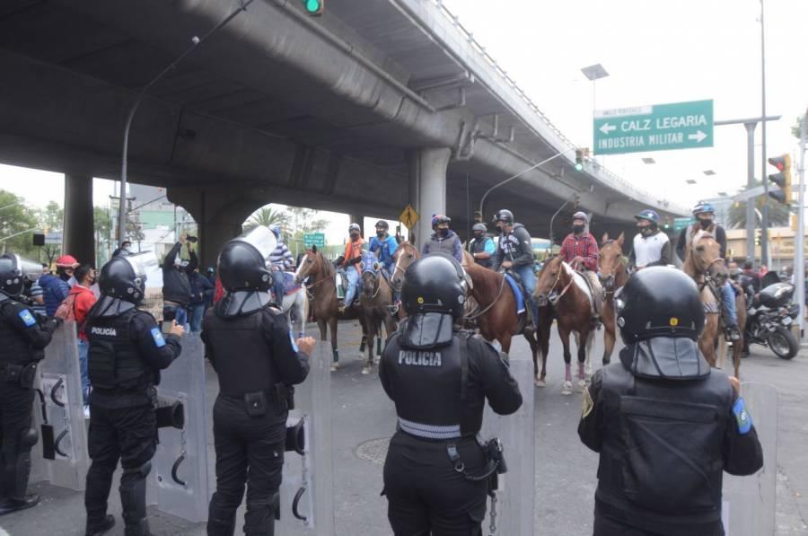 Protestan con caballos; exigen reabrir hipódromo