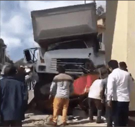 Camión del IMSS embiste varios vehículos en Oxchuc