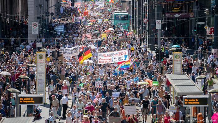Debido a las restricciones en Alemania miles de personas se manifiestan en Berlin