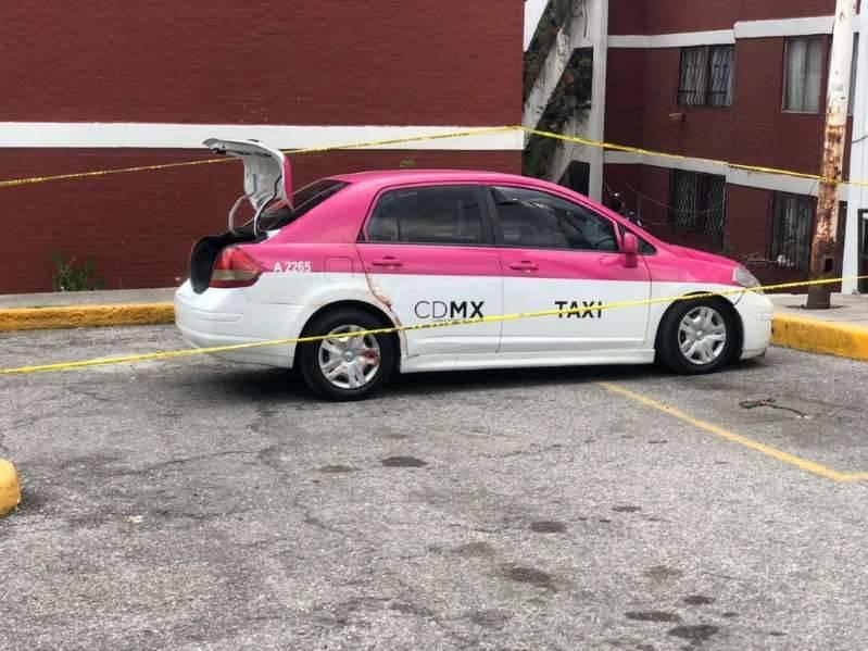 Hallan dos cuerpos dentro de taxi en Coacalco