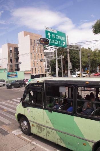 Choferes de combi y microbús estarán asegurados en el IMSS